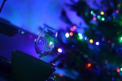 Töm skevt fotografi för bakgrund för vinexponeringsglas och för ljus för bokeh för defocus för abstactnatt blury royaltyfri fotografi