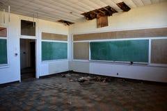Töm skolan, som är stängd, och övergav arkivfoton