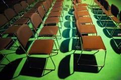 Töm stolar av en salong i en kongresskorridor i rad Royaltyfri Bild