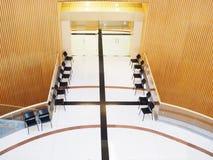 Töm stolar framme av ingången på mässhallen Arkivbilder