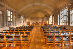 Töm stolar i kyrkan Arkivbild