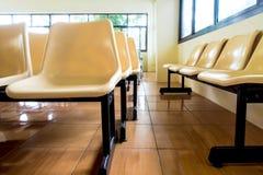 Töm stolar som inget sitter i rummet arkivfoto
