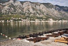 Töm stranden i den Kotor staden tidigt på morgonen Montenegro royaltyfria bilder