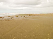 Töm stranden med molnig himmel i Brasilien fotografering för bildbyråer