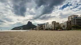 Töm stranden med Rio de Janeiro horisont stock video