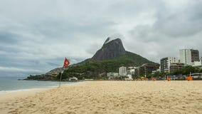 Töm stranden med Rio de Janeiro horisont arkivfilmer