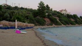 Töm stranden och inhysa på kullen på gryning arkivfilmer