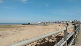 Töm stranden på en solig dag Arkivfoto