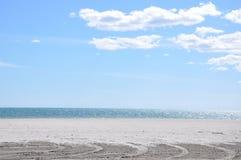 Töm stranden på en solig dag Arkivfoton