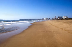 Töm stranden på guld- mil med Durban stadshorisont Arkivbild