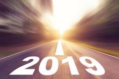 Töm suddighetsasfaltvägen och begreppet 2019 för nytt år Körning på arkivfoto