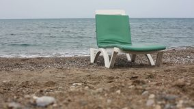 Töm sunbed på en strand lager videofilmer