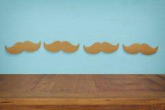 Töm tabellen över pappers- mustaschbakgrund För produktskärm Royaltyfri Bild