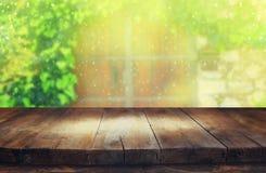 Töm tabellen framme av den oskarpa antika trädörren Royaltyfri Fotografi