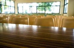 Töm tabellen och stolar som inget sitter i seminariumrummet royaltyfri fotografi