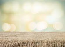 Töm tabellen och suddig abstrakt bakgrund med bokeh Royaltyfria Foton