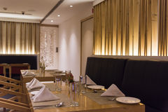 Töm tabellen på en restaurang Arkivfoto