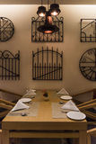 Töm tabellen på en restaurang Royaltyfria Bilder