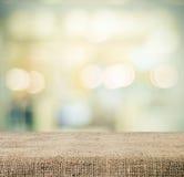 Töm tabellen som täckas med säckväv över suddig abstrakt bakgrund med bokeh Arkivbilder
