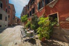 Töm tabeller av gatakafét, Venedig royaltyfria bilder