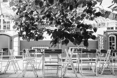 Töm tabeller i utomhus- restaurang i den Riga staden Arkivfoto