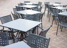 Töm tabeller och stolar framme av kafét Royaltyfria Bilder