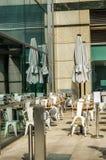 Töm tabeller och stolar framme av restaurangen, ställe till ser Royaltyfri Fotografi