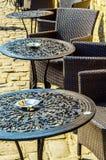 Töm tabeller och stolar framme av restaurangen, ställe till ser Royaltyfria Foton