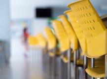 Töm tabeller och stolar som inget sitter i kafeterian royaltyfri bild