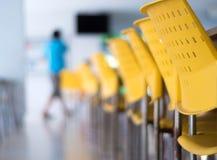 Töm tabeller och stolar som inget sitter i kafeterian royaltyfri fotografi