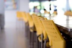 Töm tabeller och stolar som inget sitter i kafeterian fotografering för bildbyråer