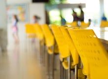 Töm tabeller och stolar som inget sitter i kafeterian royaltyfri foto