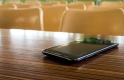 Töm tabeller och stolar som inget sitter i seminariumrummet royaltyfri bild