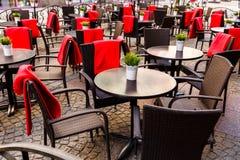 Töm tabeller och vide- stolar på förberedande stenar i ett kafé i ol Arkivbild