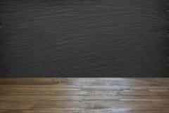 Töm trätabletopen, och svart kritiserar chalckboarden för skärm eller montage dina produkter arkivfoton