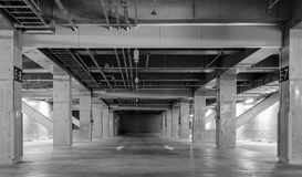 Töm utrymmeparkeringshusinre Arkivfoto
