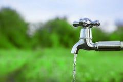 Töm vatten från metallklappet Royaltyfria Foton