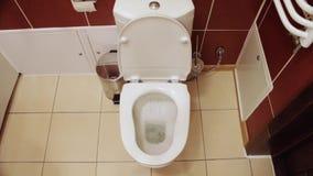Töm vatten i toaletten arkivfilmer