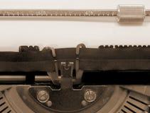 Töm vid den gamla skrivmaskinen på vitbok med tonad sepia arkivfoto
