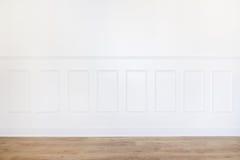 Töm vitt rum med parkettgolvet och den trä klippte väggen arkivfoton