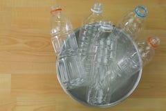 Tömda återanvändbara klara plast- mineraliska sodavattenvattenflaskor i a Arkivfoto