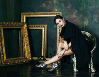 Tömmer den rika brunettkvinnan för skönhet i lyxigt inre near ramar, Royaltyfria Foton