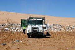 tömning av avfalllastbilen Royaltyfri Foto