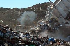tömning av avskrädenedgrävning av sopor Arkivbild