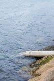 Tömning av kloak in i havet Arkivfoton