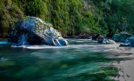 Töne und Farben des Flusses und des Waldes im Berg Stockfotografie