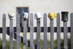Töpfe, die an einem Bretterzaun hängen Lizenzfreie Stockfotografie