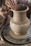Töpfer, der ein Stück Lehm bearbeitet Stockfoto