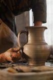 Töpfer, der ein Stück Lehm bearbeitet Lizenzfreie Stockfotografie