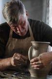 Töpfer, der ein Stück Lehm bearbeitet Stockbild